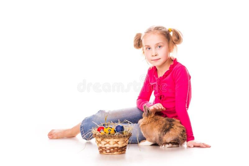 Bambina felice con il coniglietto e le uova di pasqua. Pasqua felice fotografia stock libera da diritti