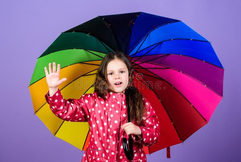 Bambina felice con l'ombrello variopinto Autumn Fashion bambino allegro dei pantaloni a vita bassa nell'umore positivo Protezione fotografia stock