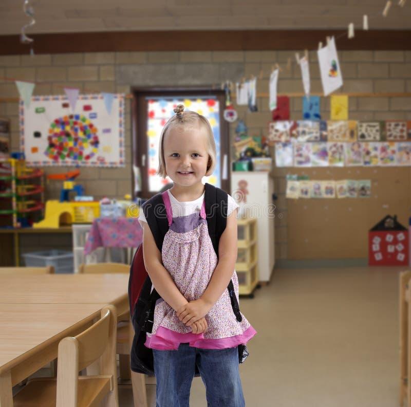 Bambina felice con lo zaino immagini stock libere da diritti