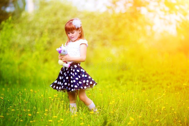 Bambina felice con un giocattolo nelle mani di divertiresi nella S fotografia stock