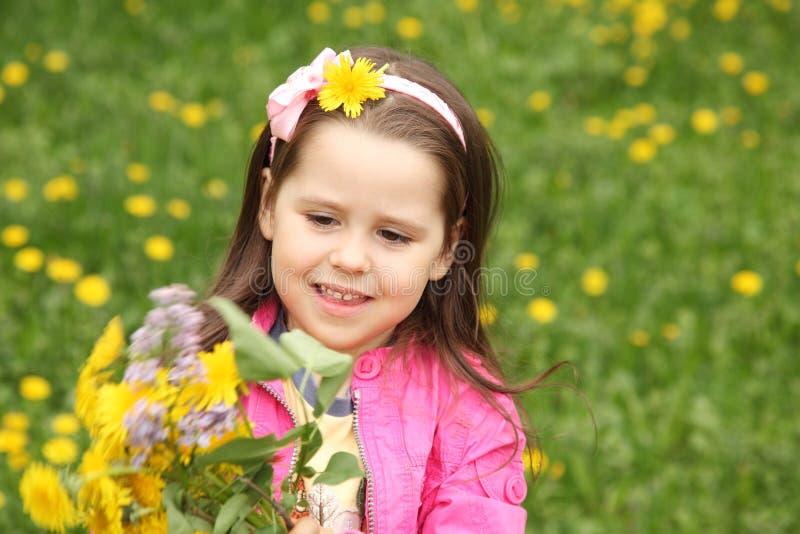 Bambina felice nel prato immagini stock libere da diritti