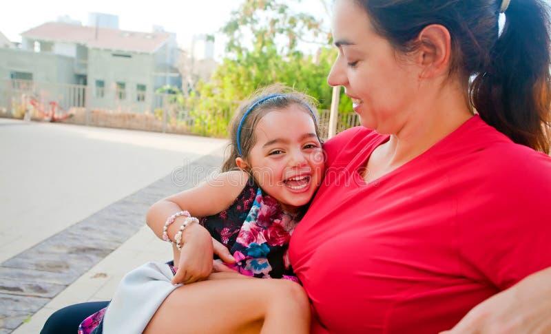 Bambina felice nel rivestimento di sua madre fotografie stock libere da diritti