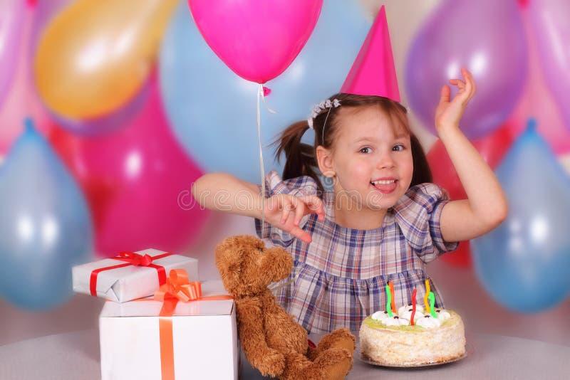 Bambina felice sul suo compleanno immagini stock