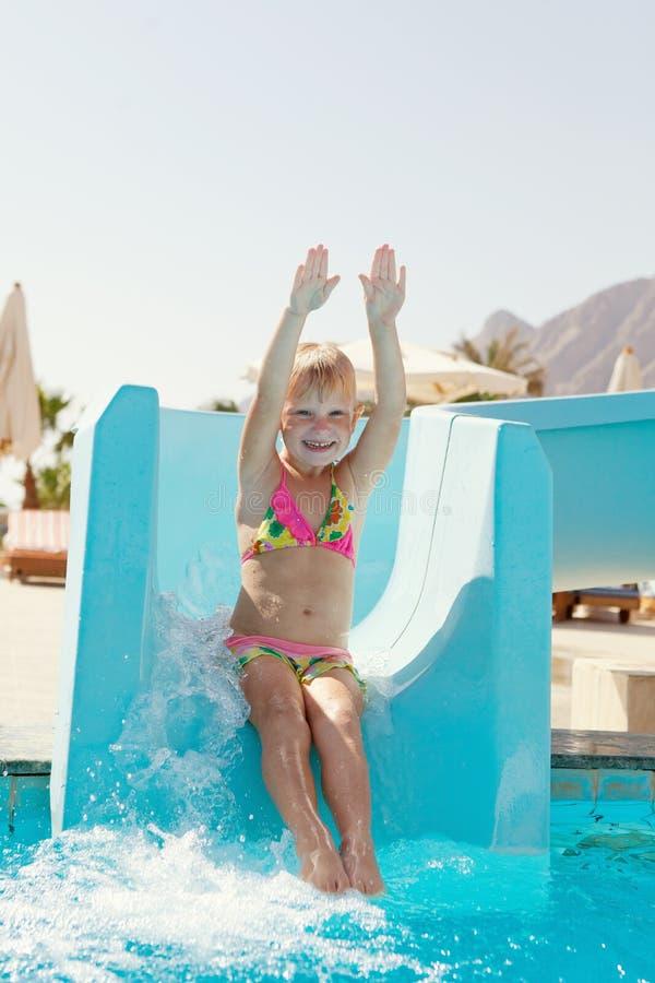 Bambina felice sulla trasparenza fotografia stock