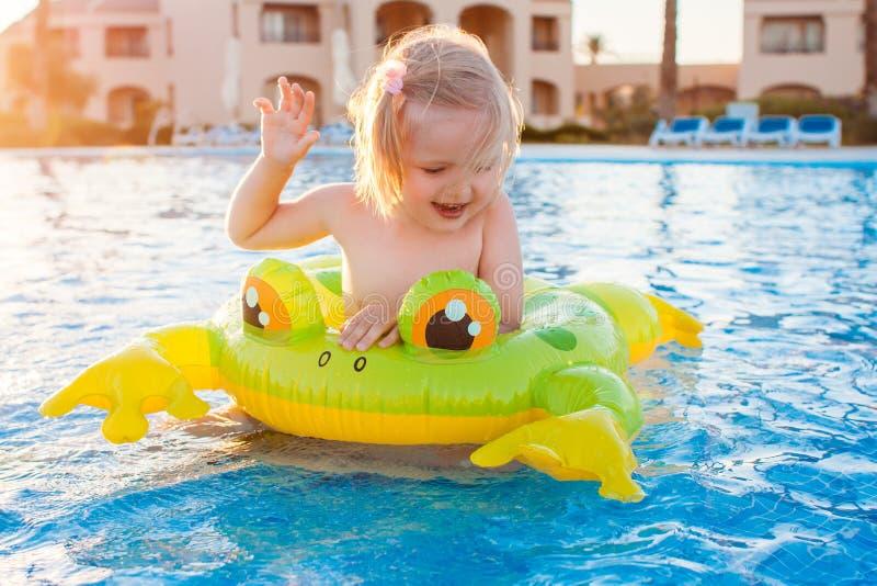 Bambina felice sveglia divertendosi nella piscina immagine stock libera da diritti