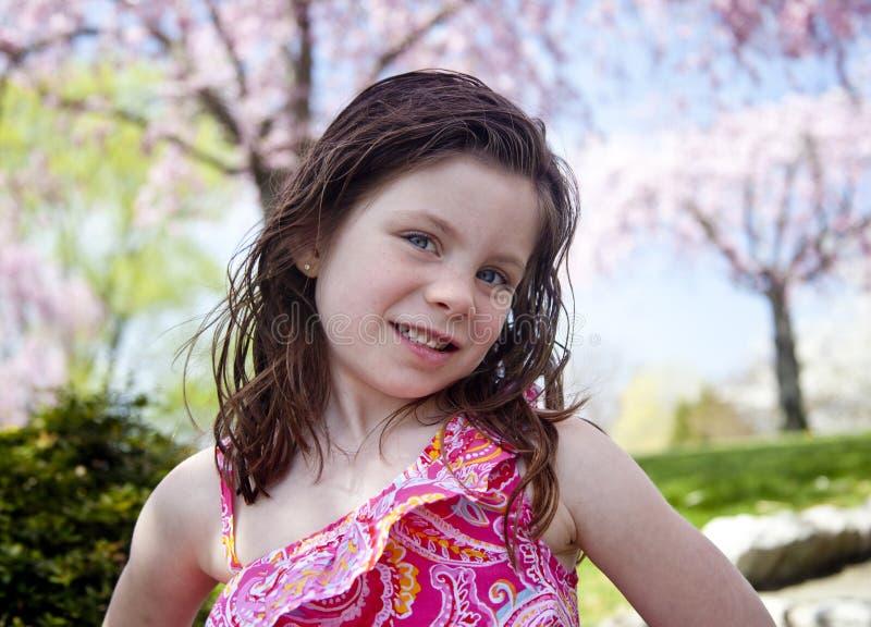 Bambina felice in un parco immagini stock libere da diritti