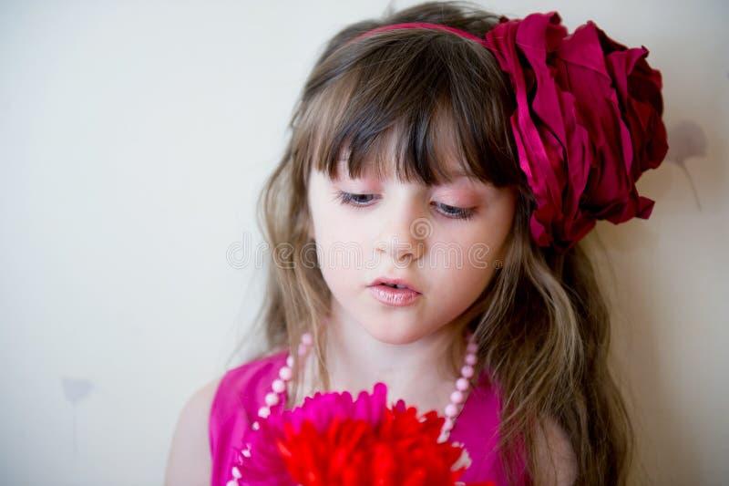 Bambina graziosa in bello vestito dentellare fotografia stock