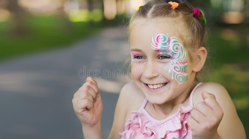Bambina graziosa con il fronte dipinto immagine stock libera da diritti