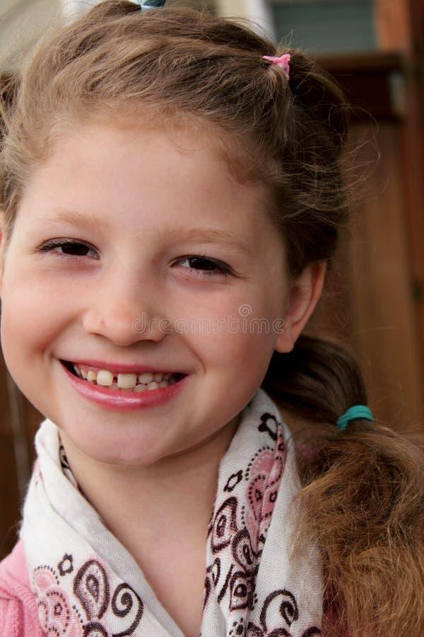 Bambina graziosa con il grande grin immagine stock libera da diritti