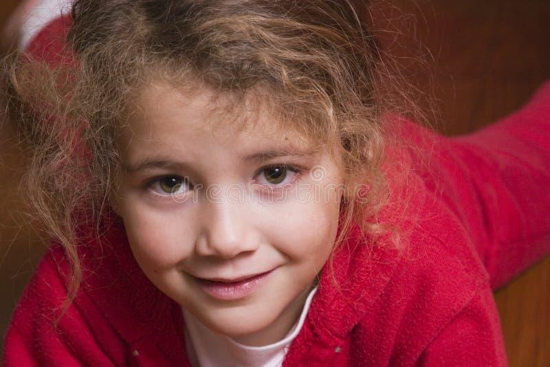 Bambina graziosa nel colore rosso immagini stock