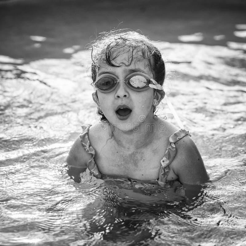 Bambina graziosa nella piscina fotografia stock