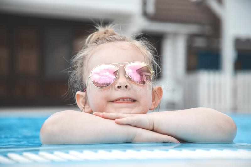Bambina graziosa nella piscina Horizont immagine stock libera da diritti