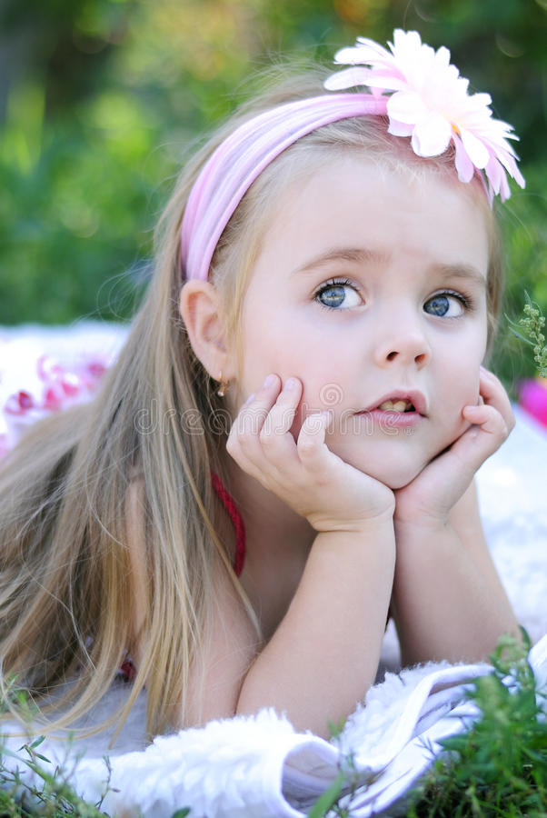 Bambina graziosa su erba verde fotografia stock libera da diritti