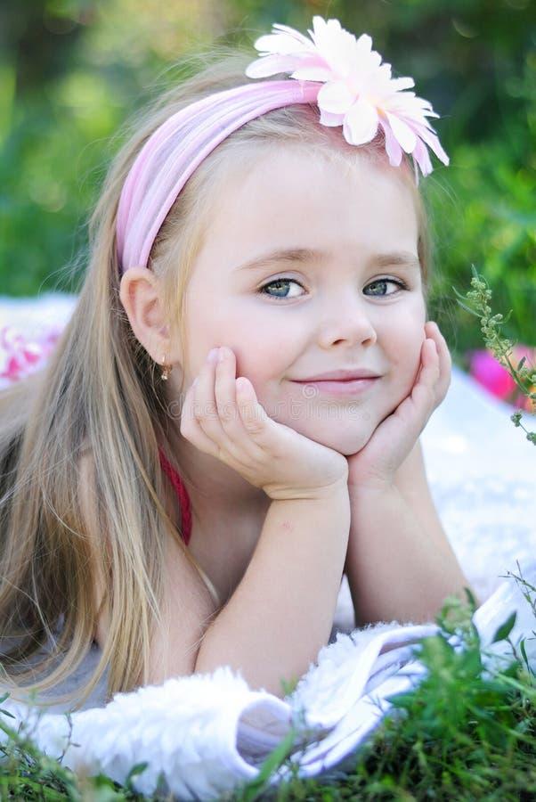 Bambina graziosa su erba verde fotografie stock libere da diritti