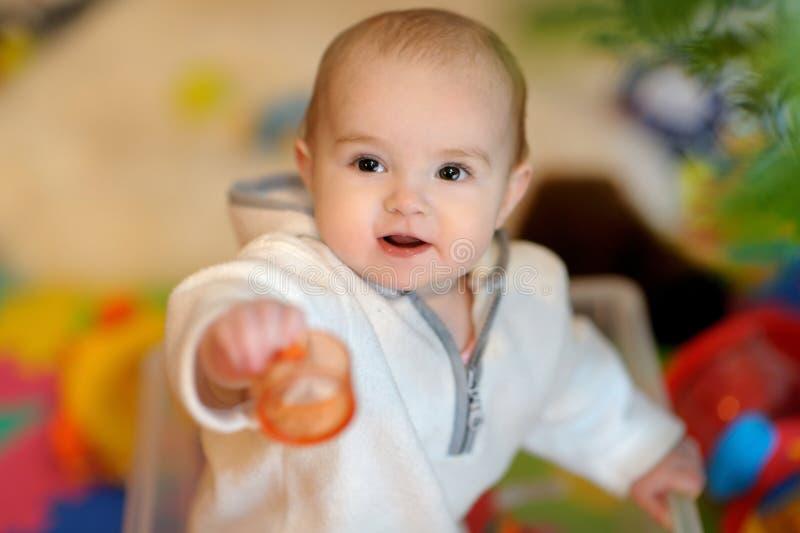 Bambina graziosa in un contenitore di giocattolo fotografia stock libera da diritti