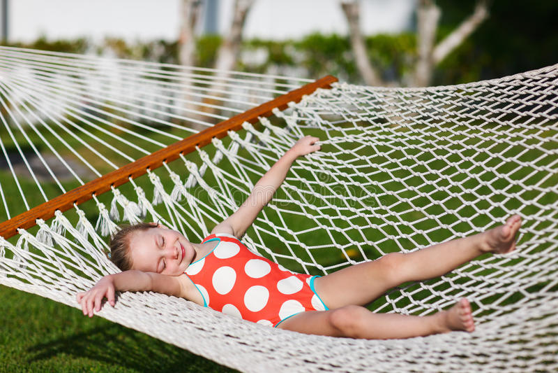 Bambina in hammock immagini stock