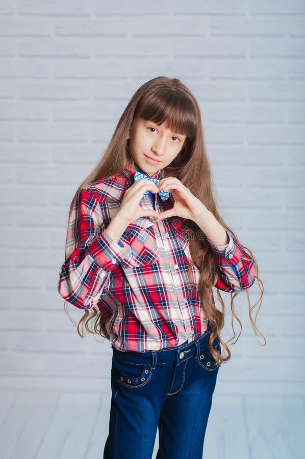 Bambina in jeans ed in una camicia di plaid fotografia stock libera da diritti