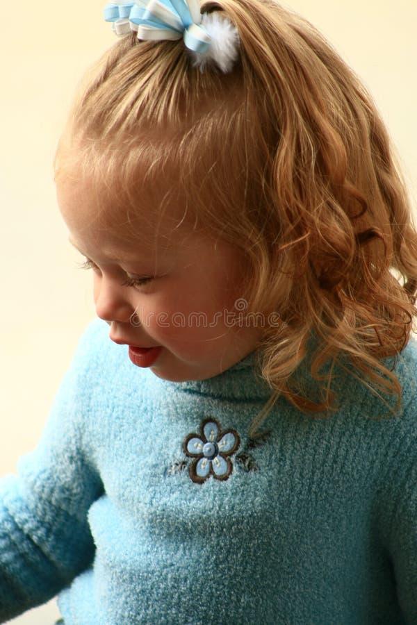 Download Bambina in maglione blu immagine stock. Immagine di aperto - 7306225