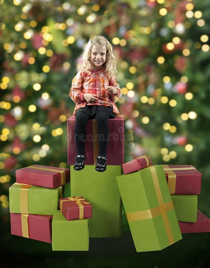 Bambina messa sui regali di Natale immagini stock