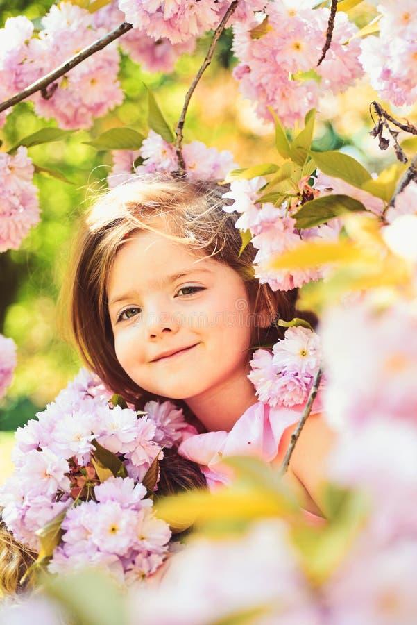 Bambina in molla soleggiata Modo della ragazza di estate Infanzia felice primavera fronte e skincare di previsioni del tempo immagine stock