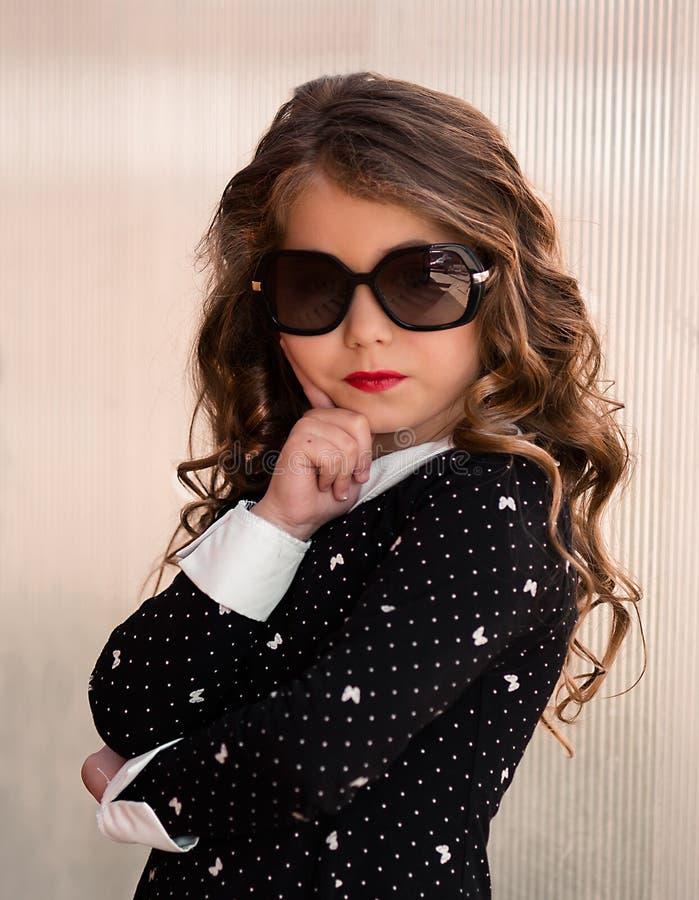 Bambina molto bella, sveglia, splendida, dolce con capelli perfetti fotografie stock