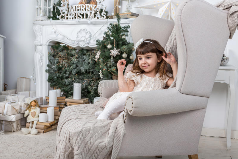 Bambina in Natale festivo alla moda interno fotografia stock
