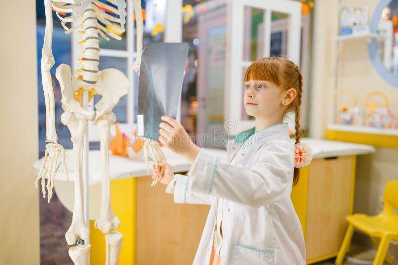 Bambina negli sguardi uniformi ai raggi x, medico fotografia stock libera da diritti