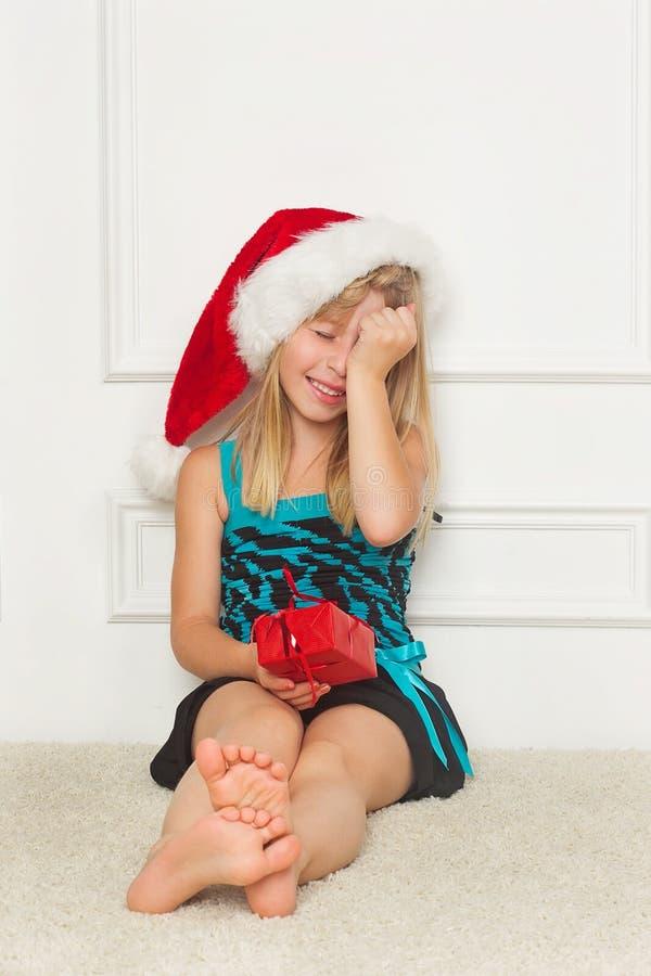 Bambina nel cappello del Babbo Natale fotografia stock libera da diritti