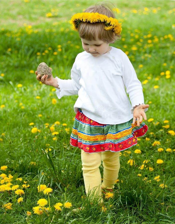Bambina nel gioco giallo del sopporto per anima fotografia stock