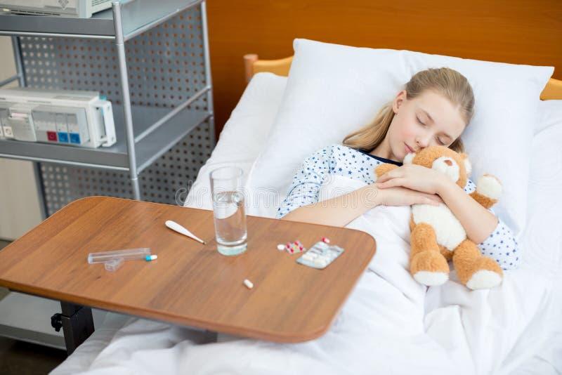 Bambina nel letto di ospedale fotografia stock libera da diritti