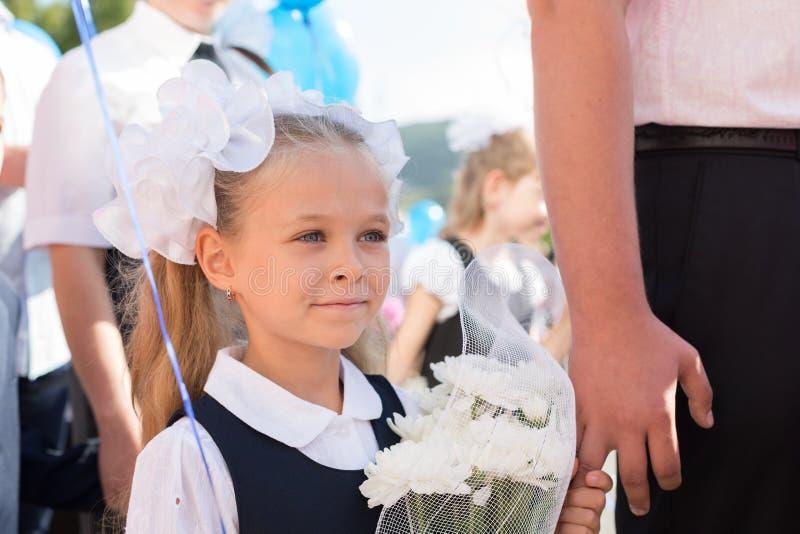 Bambina nel primo giorno della scuola fotografia stock