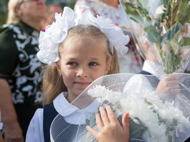 Bambina nel primo giorno della scuola immagini stock libere da diritti