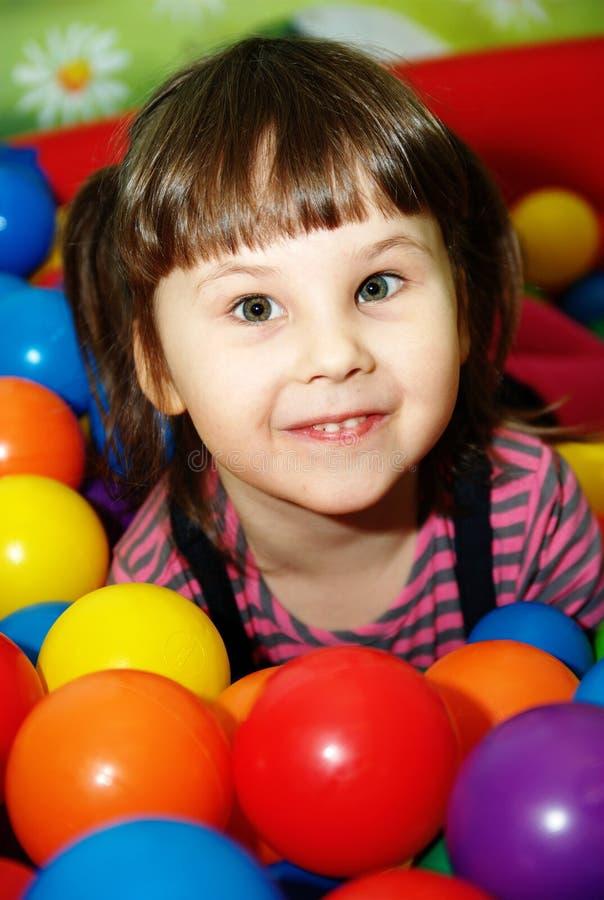 Bambina nel raggruppamento della sfera. immagine stock