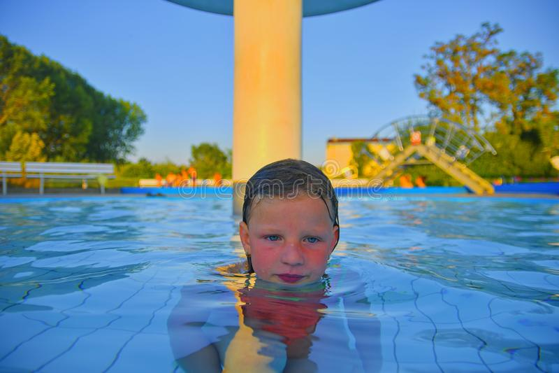 Bambina nel raggruppamento Ritratto di piccola ragazza sveglia nella piscina Giorno di estate pieno di sole Estate ed infanzia fe fotografia stock libera da diritti