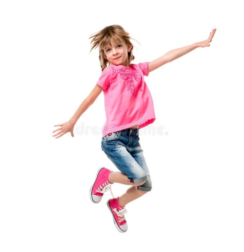 Bambina nel salto rosa isolata su fondo bianco fotografie stock