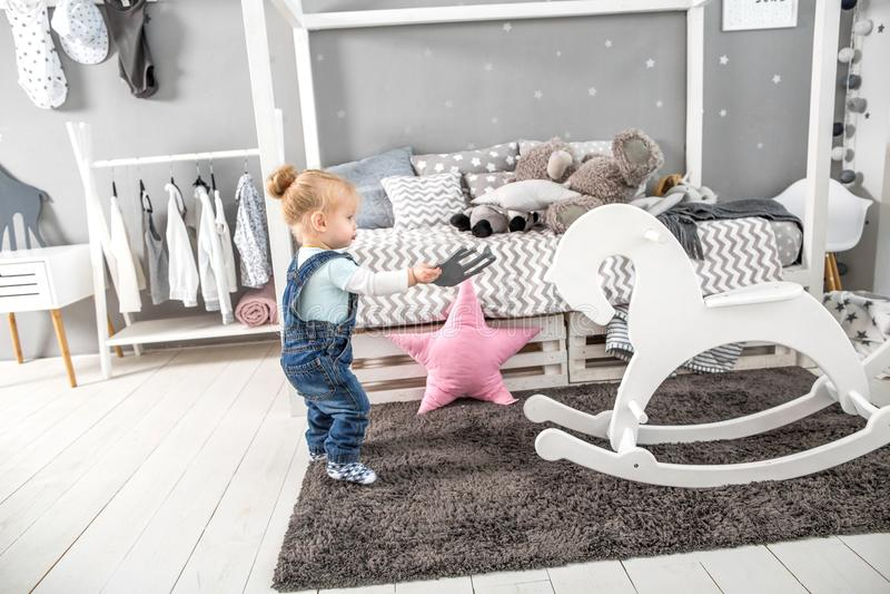 Bambina nel vostro pavimento nella sua stanza fotografie stock libere da diritti
