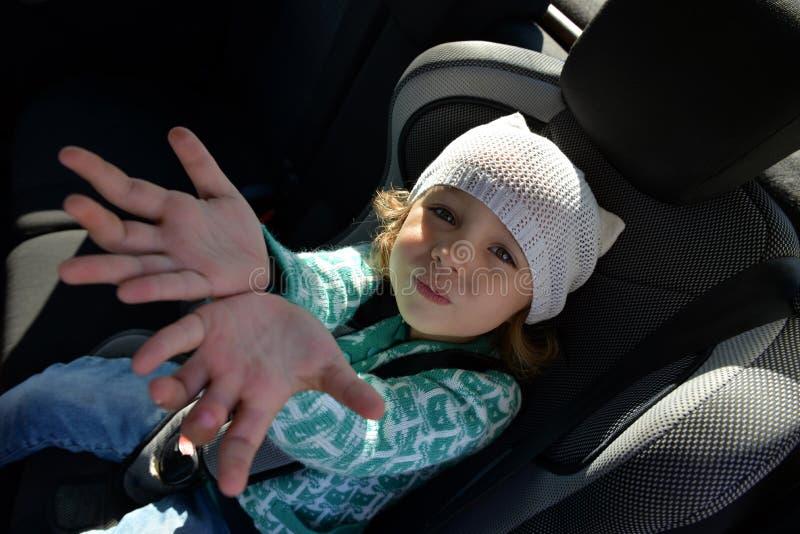 Bambina nell'automobile fotografia stock