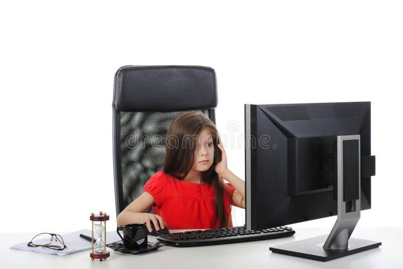 Bambina nell'ufficio della tabella fotografia stock libera da diritti