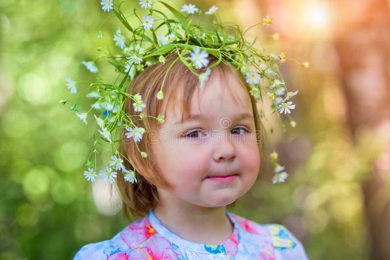 Bambina nella foresta di primavera fotografia stock