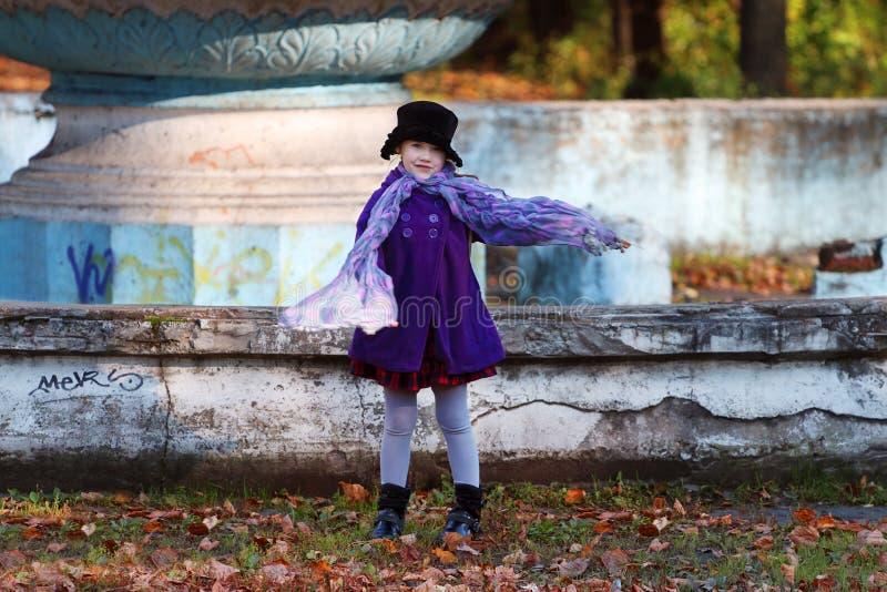 Bambina nelle pose black hat con la sciarpa fotografia stock libera da diritti