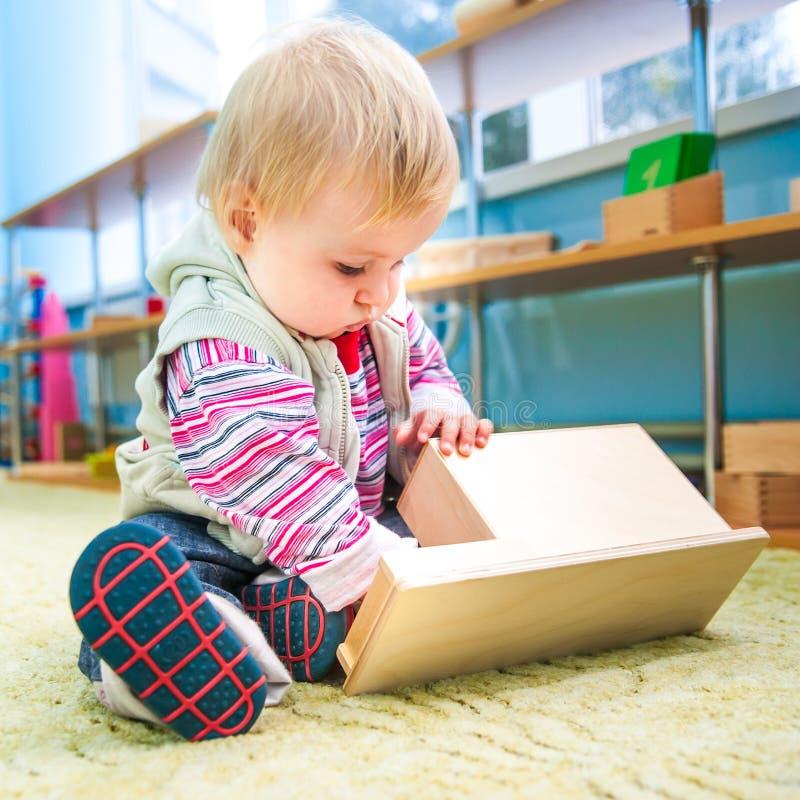 Bambina nello sviluppo iniziale dell'aula fotografia stock libera da diritti