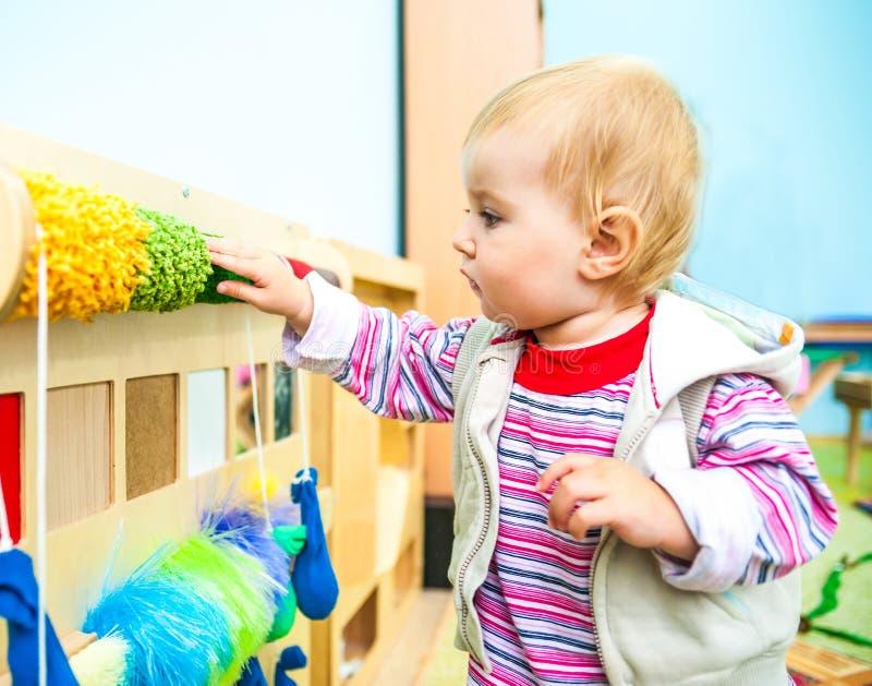 Bambina nello sviluppo iniziale dell'aula immagine stock