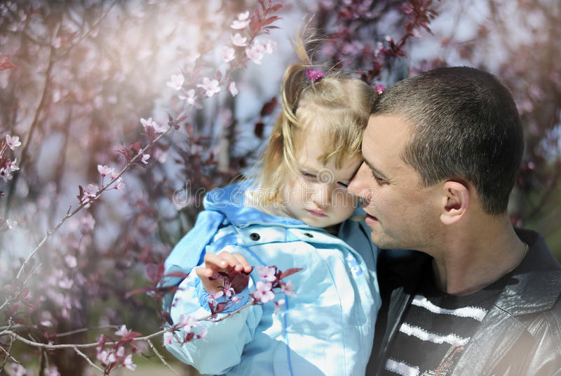 Bambina in primavera nel parco per una passeggiata fotografia stock libera da diritti