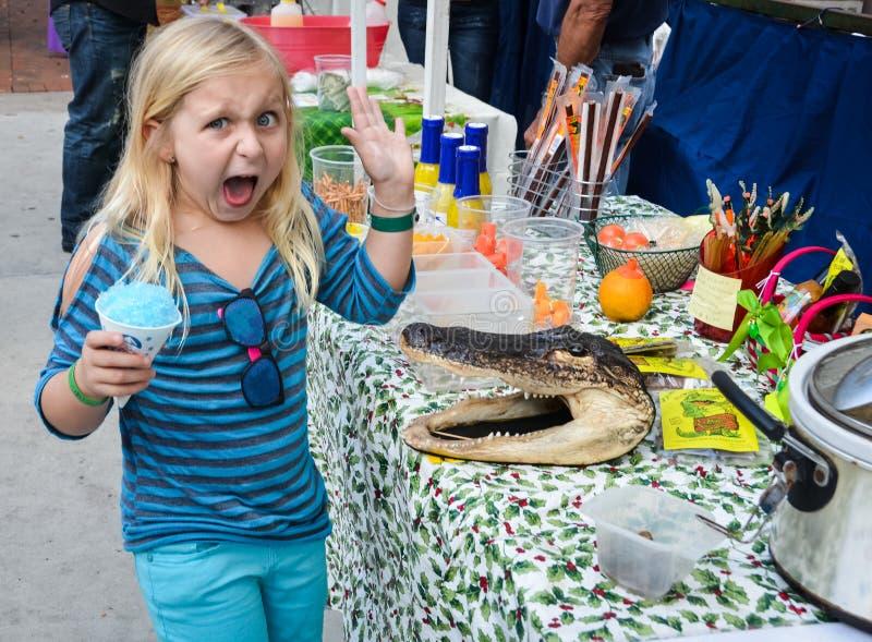 Bambina sconvolta dall'alligatore fotografie stock