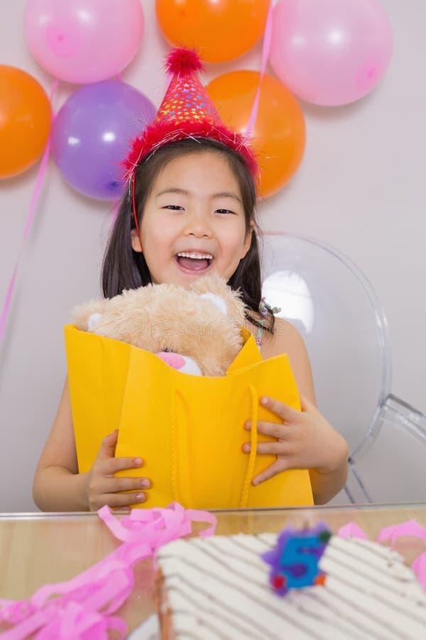 Bambina sorpresa allegra alla sua festa di compleanno immagini stock libere da diritti