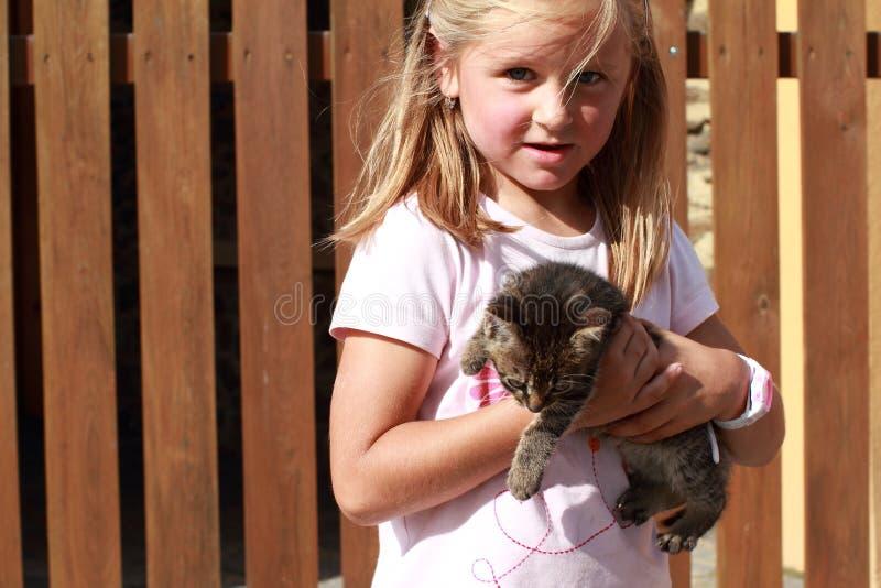 Bambina sorpresa con un gattino immagini stock