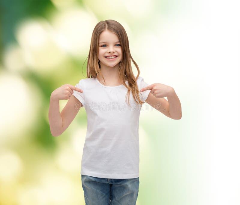 Bambina sorridente in maglietta bianca in bianco immagini stock libere da diritti