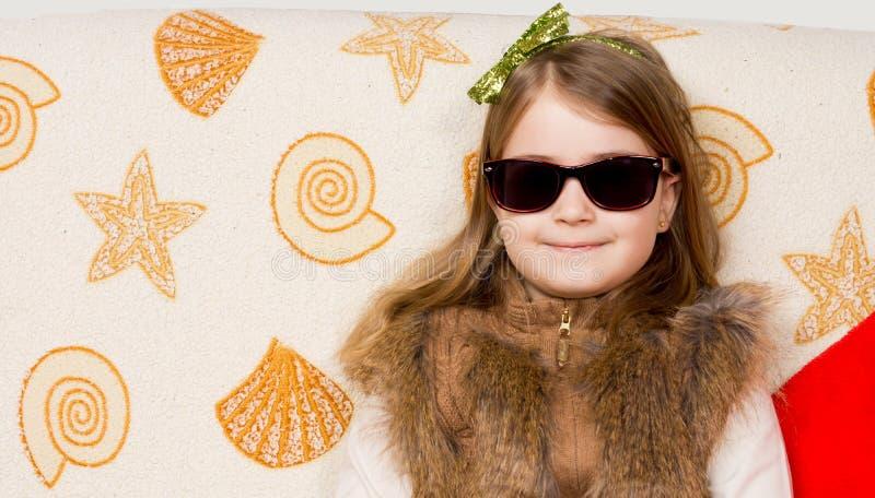 Bambina sorridente in occhiali da sole immagini stock