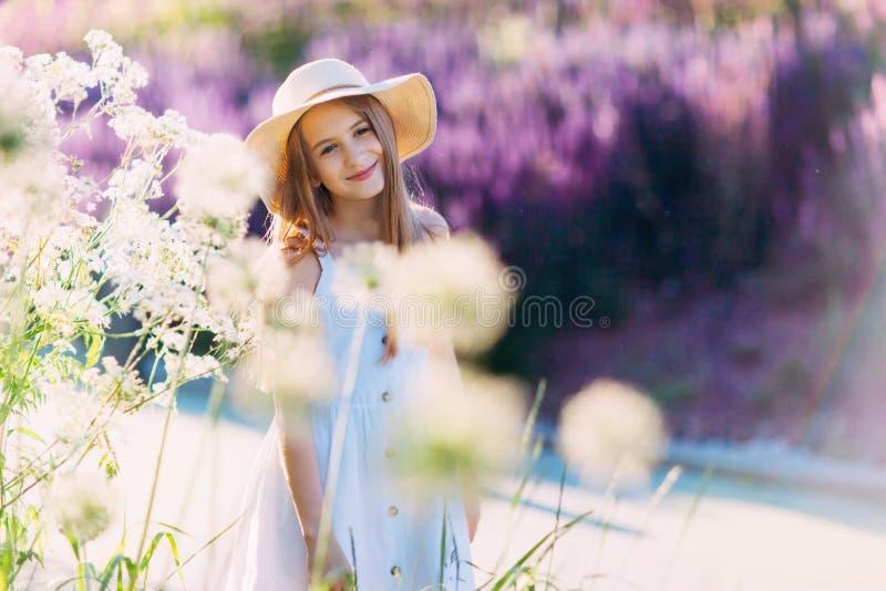Bambina sorridente piacevole davanti a fondo lilla che cammina nel parco immagini stock libere da diritti