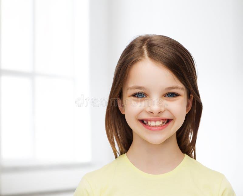 Bambina sorridente sopra fondo bianco immagine stock libera da diritti